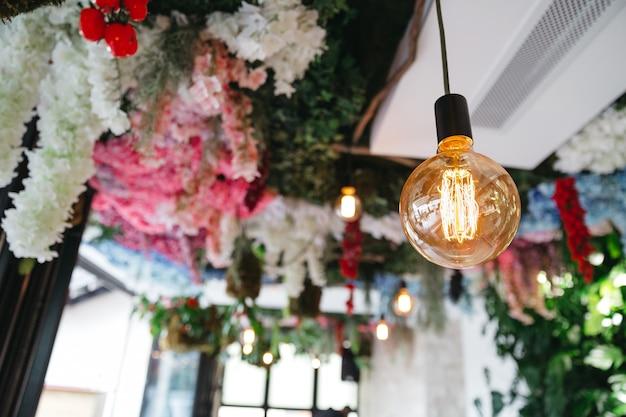 Wunderschönes dekor im restaurant für feierlichkeiten Kostenlose Fotos