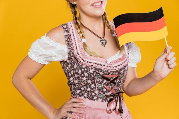 Wunderschönes junges mädchen mit deutscher flagge Kostenlose Fotos