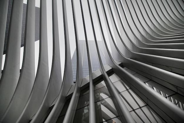 Wunderschönes schwarz-weiß-ergebnis der wtc cortlandt-station der new yorker u-bahn, auch bekannt als oculus Kostenlose Fotos