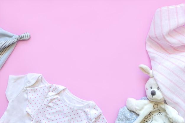 Wunderschönes set babyzubehör - kleiner hut, neugeborene babykleidung und lustiges spielzeug. Premium Fotos
