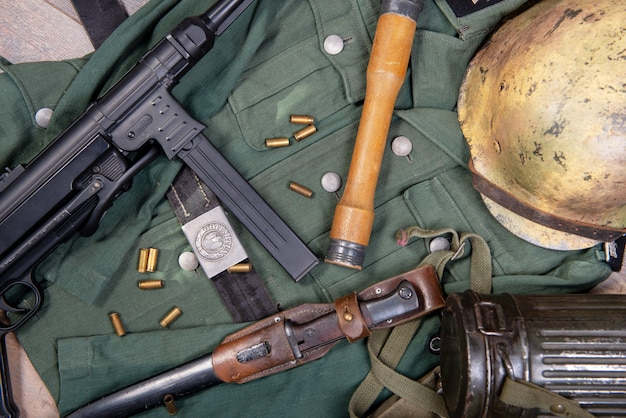 Ww2 feldausrüstung der bundeswehr mit sturzhelm und maschinengewehr Premium Fotos
