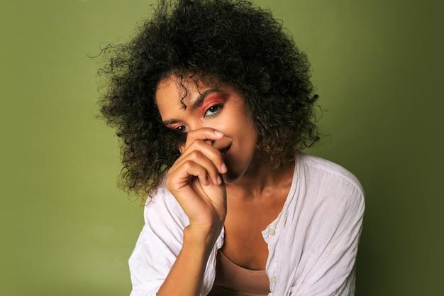 Wwoman mit hellem buntem make-up posiert Kostenlose Fotos