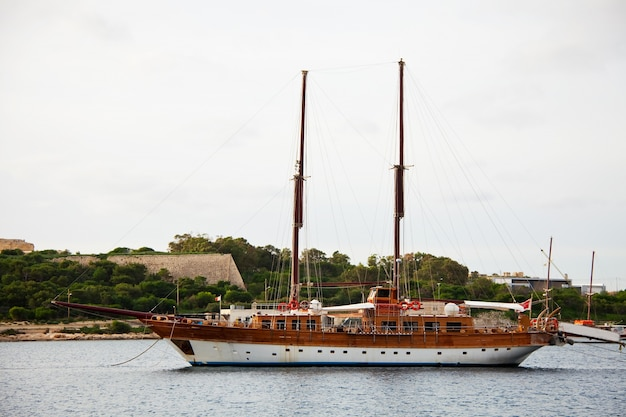 Yacht gegen manoel insel. malta Kostenlose Fotos