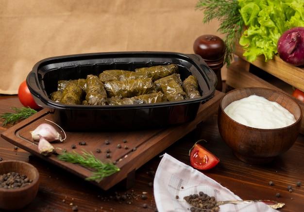 Yarpaq dolmasi, yaprak sarmasi, grüne weinblätter gefüllt mit fleisch zum mitnehmen Kostenlose Fotos
