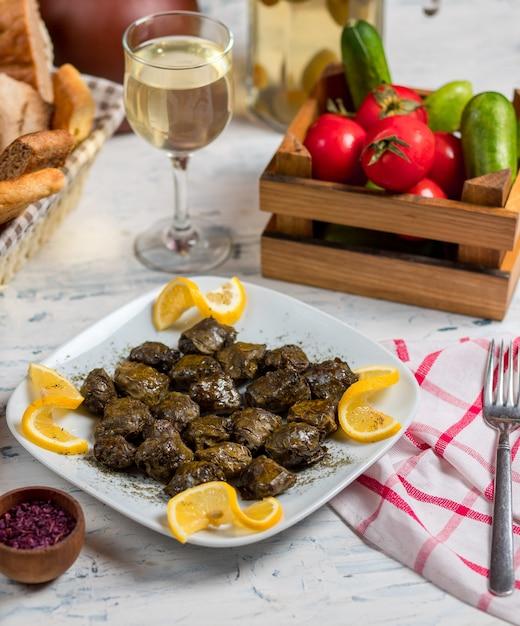 Yarpaq dolmasi, yaprak sarmasi, mit traubengrün gefüllte blätter, gefüllt mit fleisch und reis, serviert mit zitrone Kostenlose Fotos