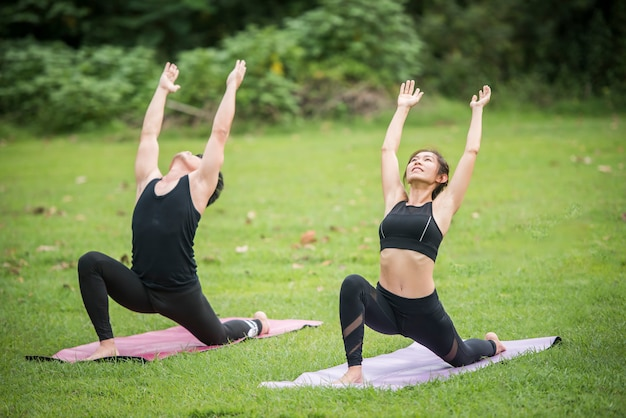 Yoga-aktionsübung gesund im park Kostenlose Fotos