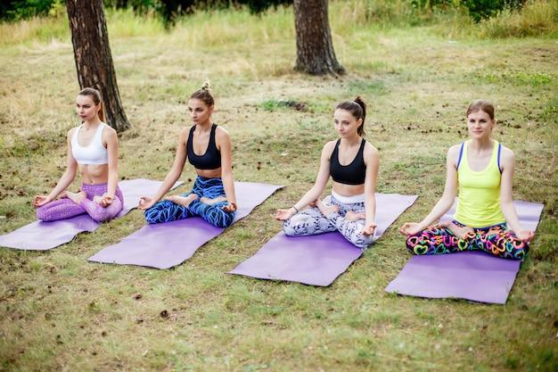 Yoga der jungen mädchen im park. entspannen sie sich in der natur. Premium Fotos