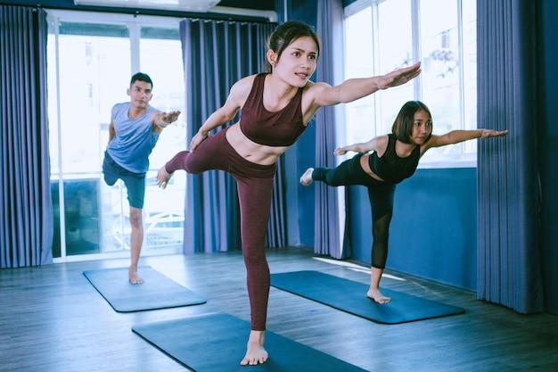 Yoga gruppenkonzept; jugendliche, die yoga im unterricht praktizieren; ruhe fühlen und entspannen im yogaunterricht Premium Fotos