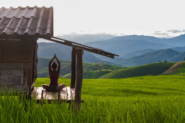 Yoga in der natur Premium Fotos