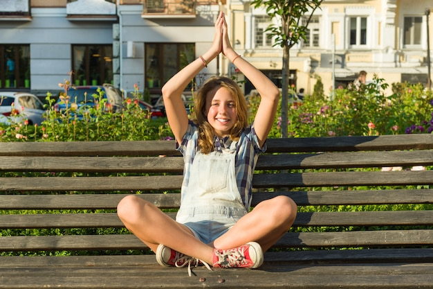 Yoga in der stadt Premium Fotos