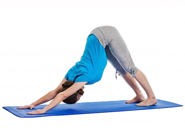 Yoga - junge schöne frau, die yoga asana übung isoliert tut Premium Fotos