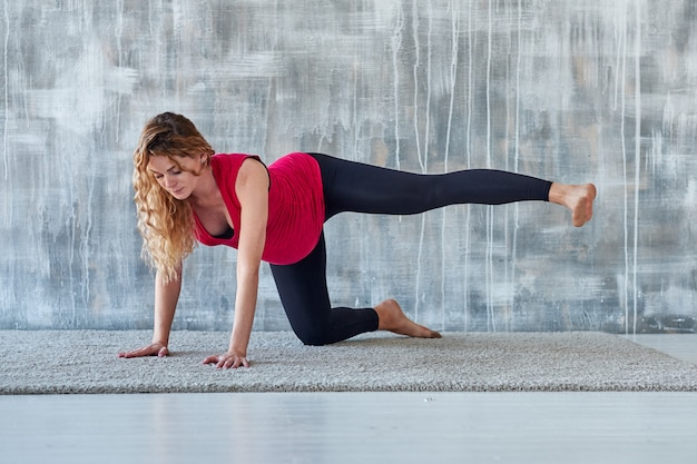 Yoga. übende yogameditation der schwangeren frau. gesundheitslebensstilkonzept und babypflege Premium Fotos