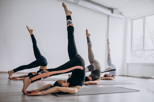 Yogagruppenklassen innerhalb der turnhalle Kostenlose Fotos