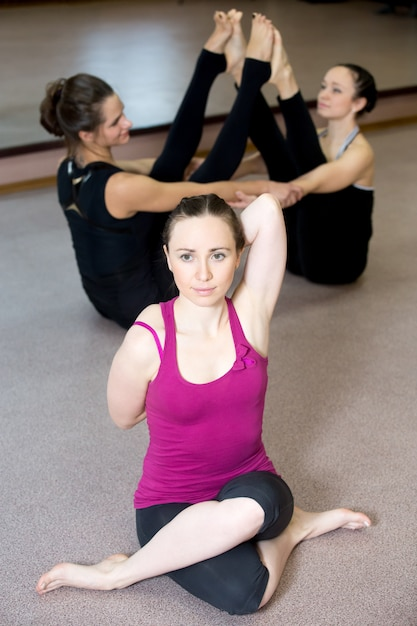 Yong yogi weiblich in sportkleidung praktiken yoga asana, gomukhasana Kostenlose Fotos