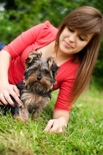 Yorkshire terrier welpe mit junger frau Kostenlose Fotos