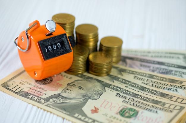 Zähler oder zählmaschine für münzen und banknoten Premium Fotos