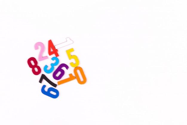 Zahlen. montessori-material für das studium der mathematik kinder in der schule, vorschule, kindergarten. pädagogisches konzept. flach liegen. kopieren sie platz. Premium Fotos