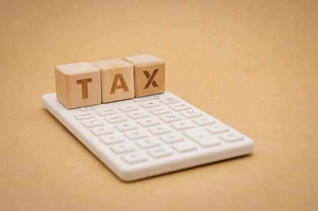 Zahlen sie das jährliche einkommen (tax) für das jahr mit dem taschenrechner. verwenden als hintergrundgeschäftskonzept Premium Fotos
