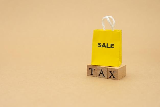 Zahlen sie das jährliche einkommen (tax) für das jahr mit dem taschenrechner. Premium Fotos