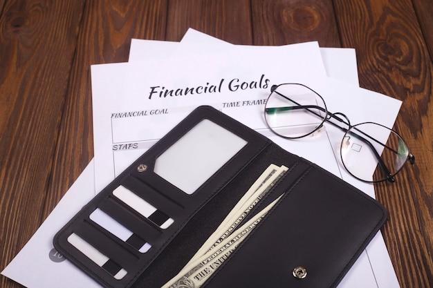 Zahlen sie sich zuerst. persönliches finanzkonzept. lederbrieftasche auf einem holztisch. Premium Fotos