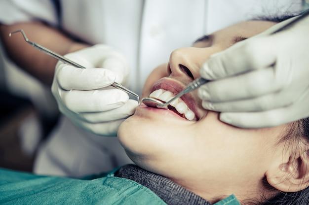 Zahnärzte behandeln die zähne der patienten. Kostenlose Fotos