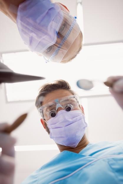 Zahnärzte, die zahnärztliche instrumente halten Kostenlose Fotos