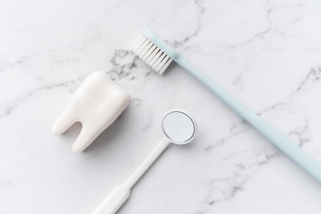 Zahnärztliche geräte aus der draufsicht, flach im studio liegen Premium Fotos