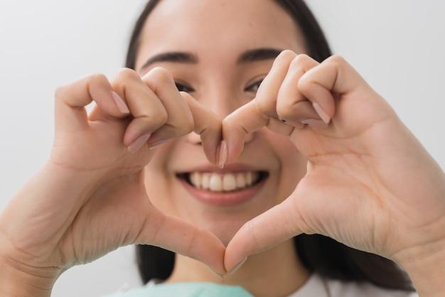 Zahnarzt, der herzform mit den händen bildet Kostenlose Fotos