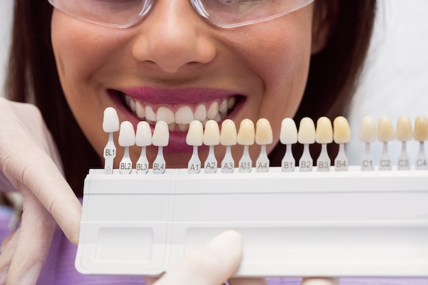 Zahnarzt, der patientin mit zahnfarben untersucht Kostenlose Fotos
