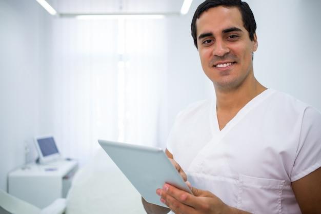 Zahnarzt mit einem digitalen tablet in der klinik Kostenlose Fotos