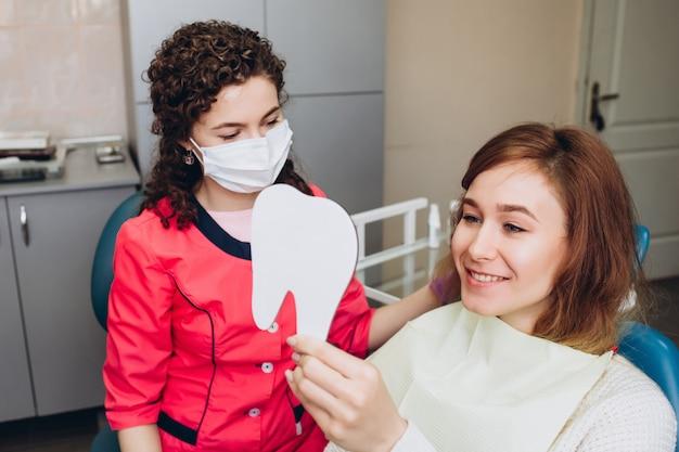 Zahnarzt mit einem patienten Premium Fotos