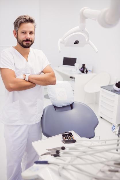 Zahnarzt mit verschränkten armen Kostenlose Fotos