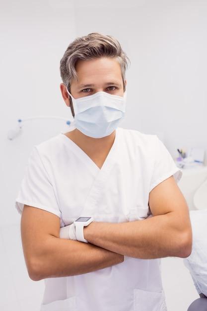 zahnarzt mit verschränkten armen  kostenlose foto