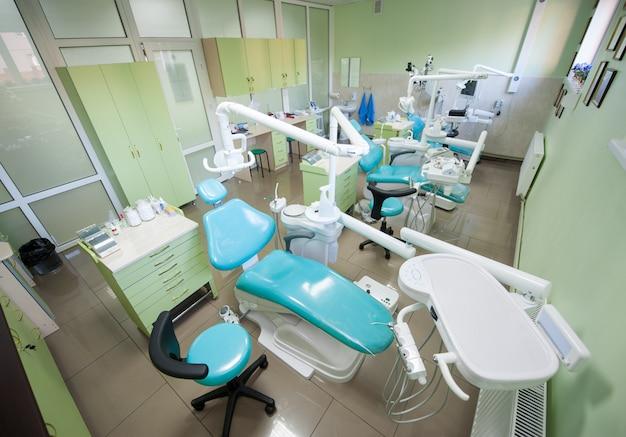 Zahnarztpraxis mit drei modernen zahneinheiten für restaurative zahnheilkunde Premium Fotos