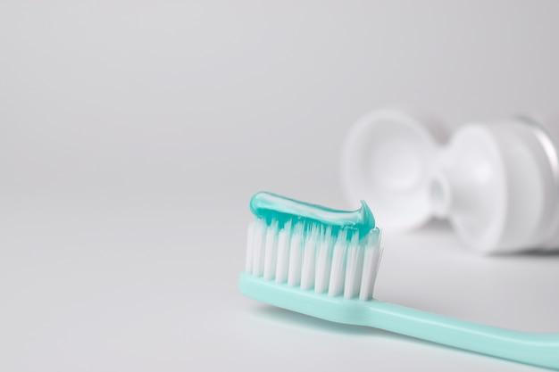 Zahnbürste und zahnpasta auf unscharfem hintergrund Premium Fotos