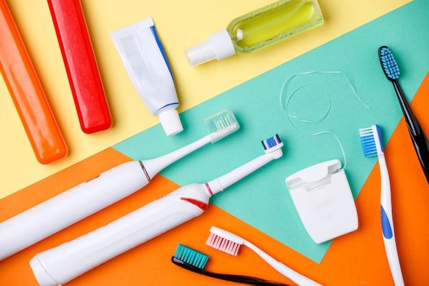 Zahnbürsten, pastentuben, zahnseide Premium Fotos