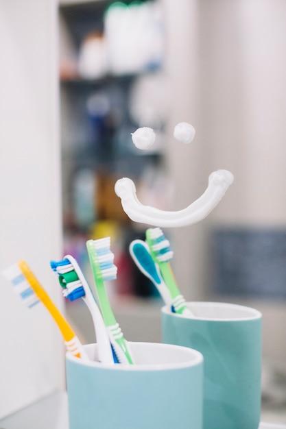 Zahnbürste In Der Tasse Mit Einem Lächeln Auf Den Spiegel Download