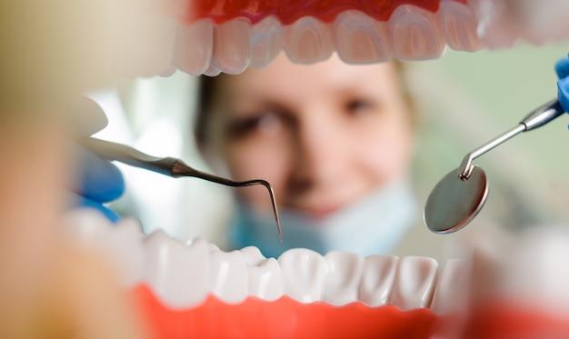 Zahnheilkunde. blick aus dem mund, umrahmt von zähnen. Premium Fotos