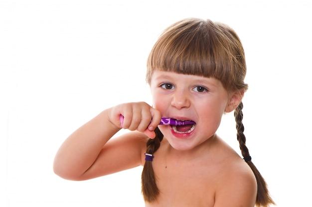 Zahnhygiene. glückliches kleines mädchen, das ihre zähne putzt Premium Fotos