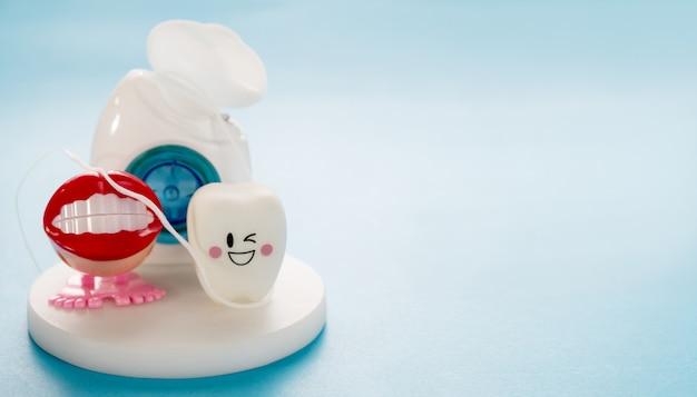 Zahnmedizinische werkzeuge und lächelnzahnmodell Premium Fotos