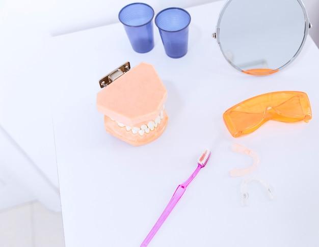 Zahnprothese Schutzbrille Zahnbürste Spiegel Und Zahnausrichter