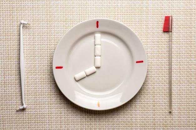 Zahnreinigung pause konzept. zeit zum zähneputzen bei der arbeit oder beim essen Premium Fotos