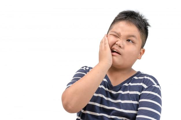 Zahnschmerzen-konzept. beleibter junge, der schmerz glaubt Premium Fotos