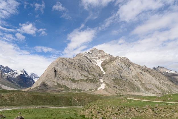 Zanskar-landschaftsansicht mit den himalaja-bergen bedeckt mit schnee und blauem himmel in jammu u. in kashmir, indien, Premium Fotos