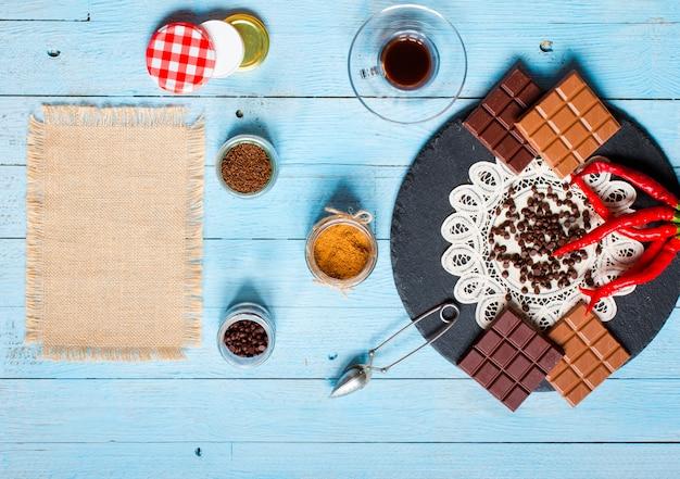 Zartbitterschokolade und vollmilchschokolade mit glühenden chilischoten Premium Fotos