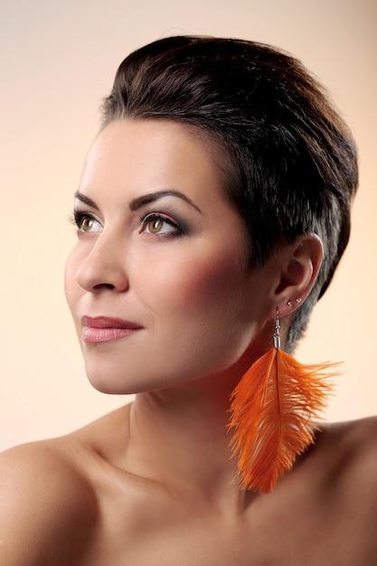 Zauber und herrlicher brunette mit federohrring Kostenlose Fotos