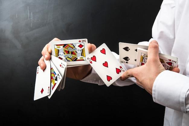 Zauberer mit spielkarten Premium Fotos