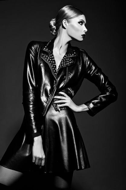 Zaubernahaufnahmeporträt des schönen sexy stilvollen blonden modells der jungen frau mit hellem make-up mit den roten lippen mit perfekter sauberer haut im schwarzen stoff Kostenlose Fotos