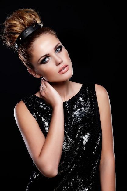 Zauberporträt des schönen sexy stilvollen kaukasischen weiblichen modells der jungen frau im schwarzen kleid mit hellem make-up und frisur Kostenlose Fotos