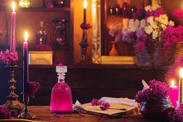Zaubertrank aus lila blumen im haus der hexe Premium Fotos